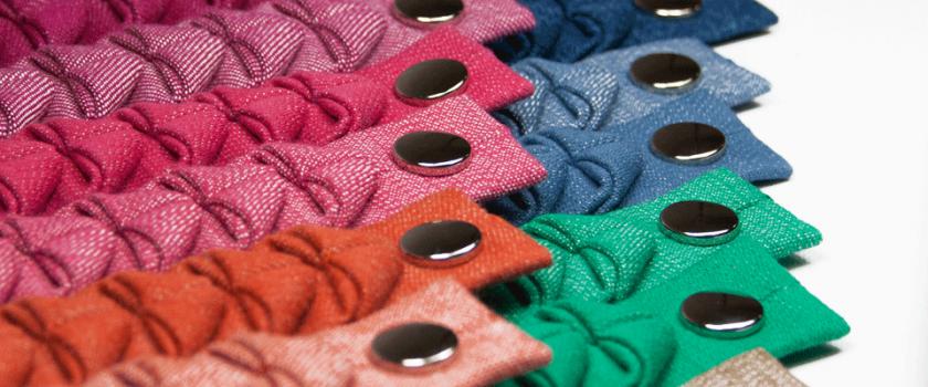 Gefaltete Armbänder aus Jeansstoff